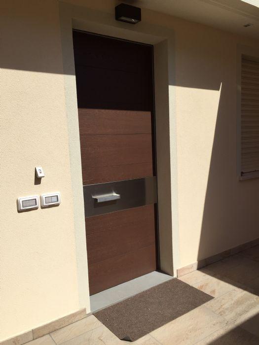 oikos porte blindate tekno Oikos è in grado di realizzare porte blindate su misura, porte d'ingresso personalizzate, porte con pannello a disegno del cliente nonché interagire con gli architetti ed interior designer per sol.