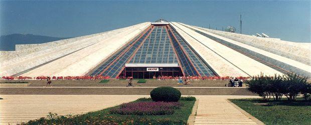 brosen_the_enver_hoxha_mausoleum_tirana_albania_photo_wiki.jpg