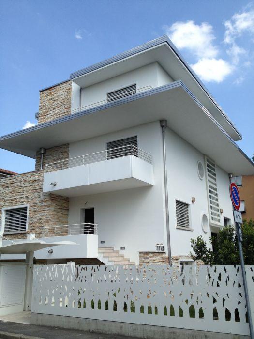 Villa privata con frangisole motorizzati for Case arredate da architetti