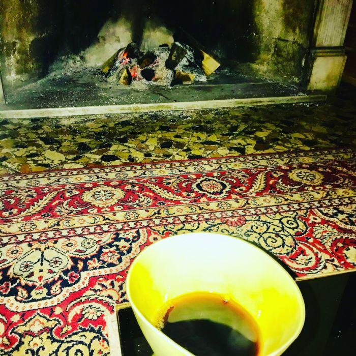 Caffè davanti al camino